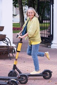 Une femme âgée active veut faire du scooter électrique mais a peur de tomber en montrant des émotions naturelles