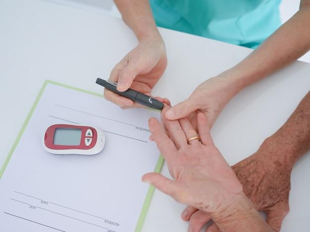 Femme âgée avec des analyses de sang à l'hôpital.