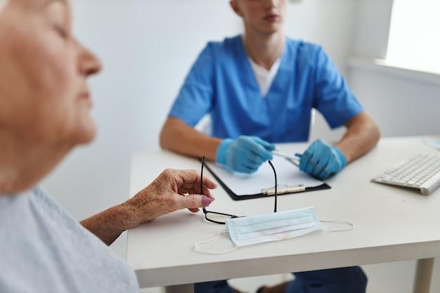 Femme âgée au rendez-vous des médecins soins de santé traitement hospitalier