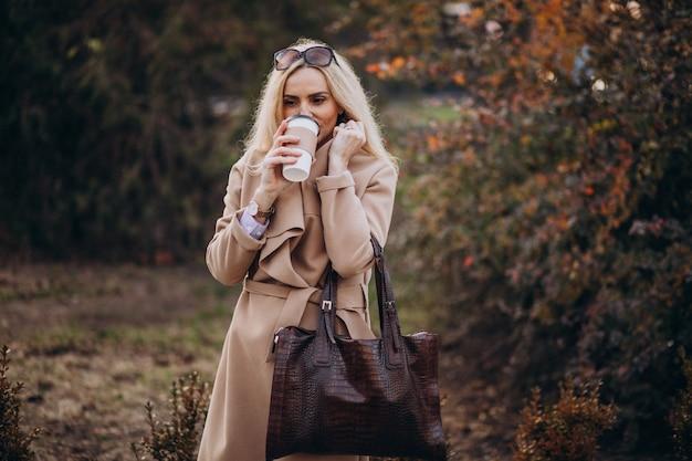 Femme âgée, boire café, dehors, les, automne, parc