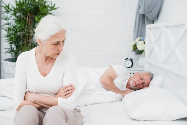 Femme âgée en colère et fatiguée réveillée