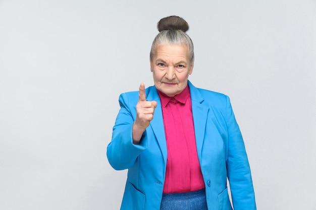 Femme âgée en colère vous avertissant