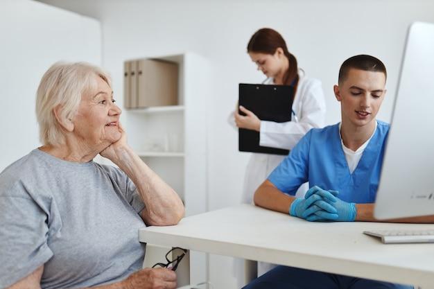Femme âgée à la communication d'assistante d'infirmière de rendez-vous de médecins