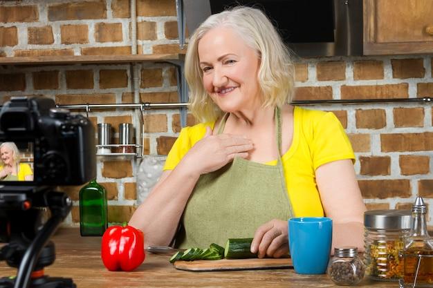 Femme âgée cuisinant