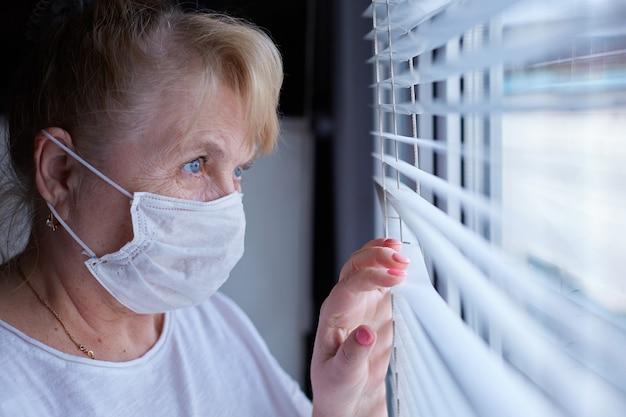 Femme âgée dans un masque médical en quarantaine et auto-isolement
