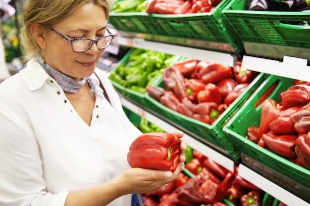 Femme âgée, dans, supermarché