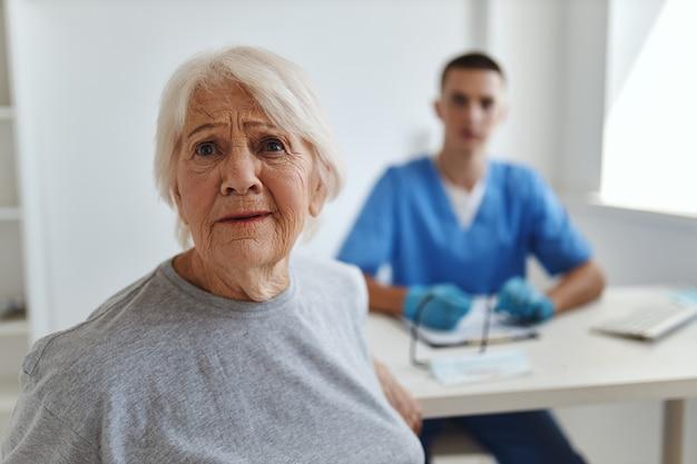Femme âgée émotive au rendez-vous de médecins à l'hôpital de soins de santé