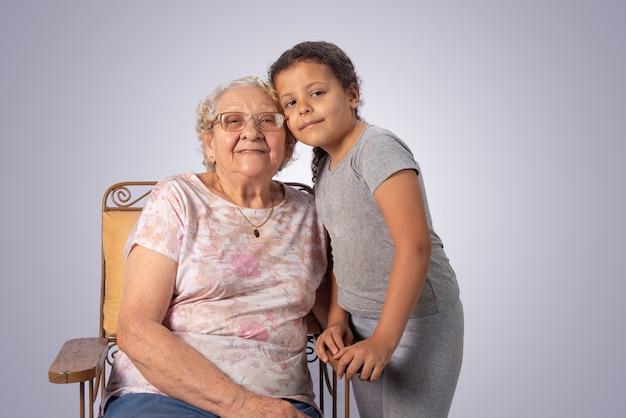 Femme âgée et enfant ensemble sur fond gris