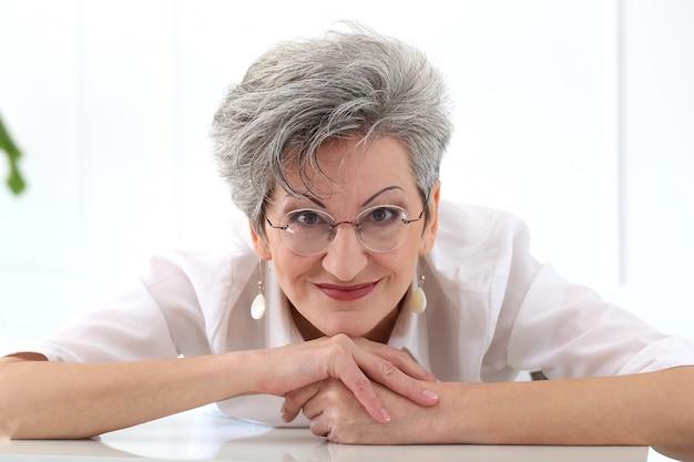 Femme âgée, à, figure heureuse