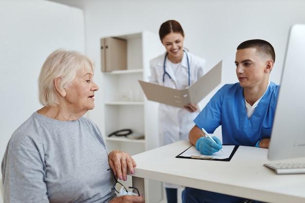 Femme âgée à l'hôpital au rendez-vous des médecins et des infirmières de santé