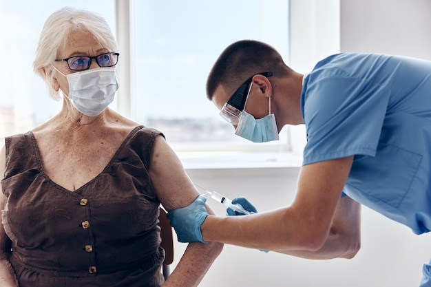 Femme âgée à l'hôpital passeport vaccin traitement patient