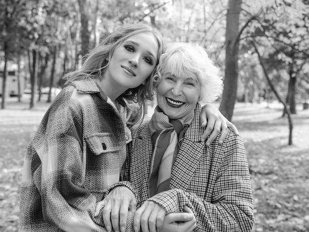 Femme âgée avec jeune fille marchant en plein airfamille génération soins amour concept de vaccination