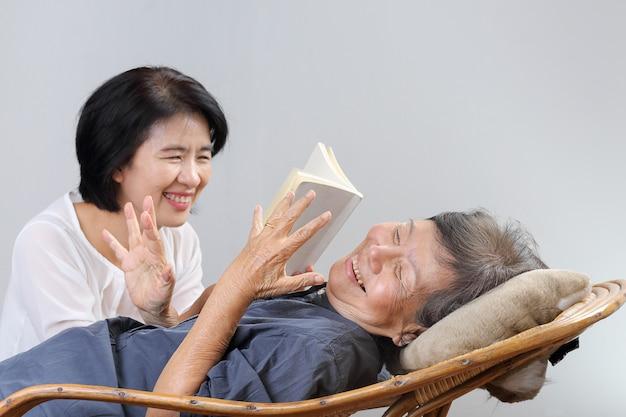 Femme âgée, lecture, fable, livre, à, fille
