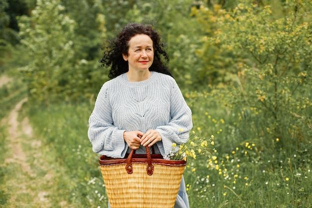 Femme âgée marchant seule dans le parc