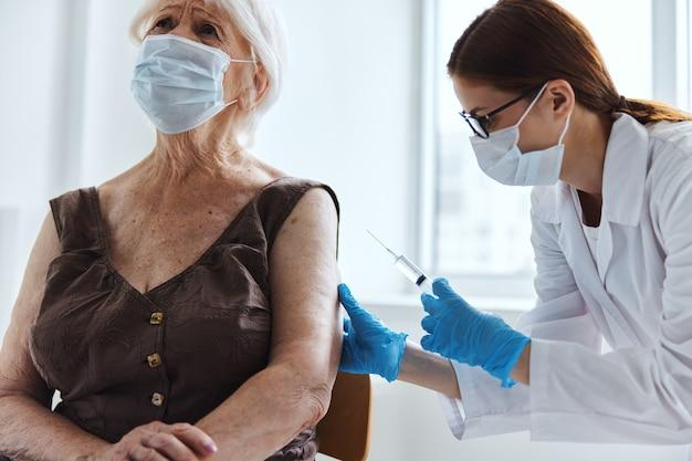 Femme âgée avec un médecin passeport vaccin soins de santé