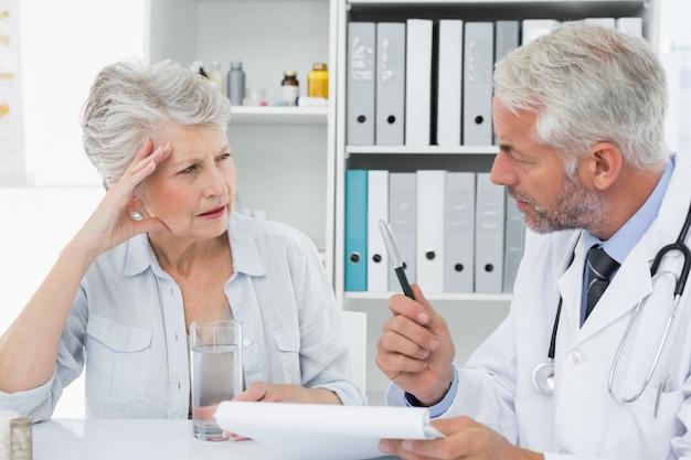 Femme âgée patiente visitant un médecin