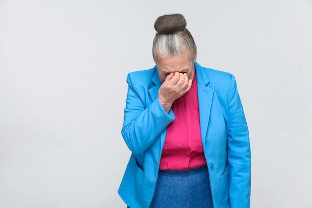 Une femme âgée pleure et est de mauvaise humeur