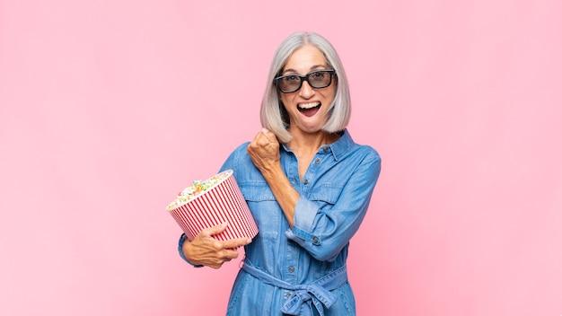 Femme âgée avec pop corns