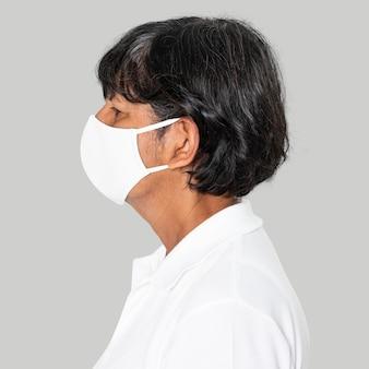 Femme âgée portant un masque blanc campagne covid-19 avec espace de conception