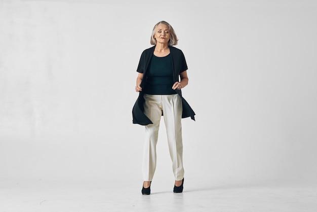 Femme âgée posant le mouvement de danse de mode