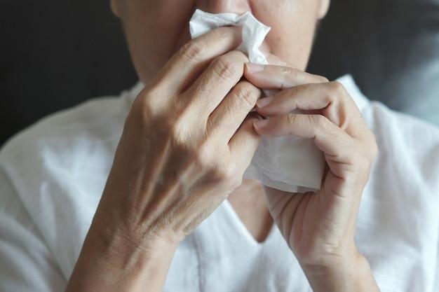 Une femme âgée qui ne se sent pas bien vient de prendre froid