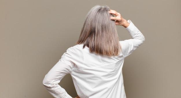 Femme âgée se sentant désemparée et confuse