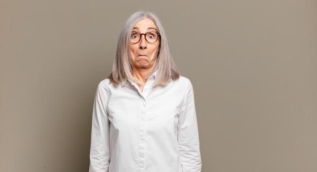 Femme âgée se sentant triste et stressée, bouleversée à cause d'une mauvaise surprise, avec un regard négatif et anxieux