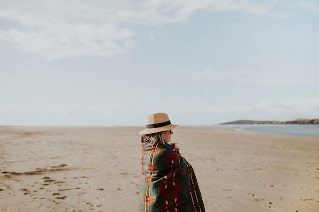 Femme âgée solitaire profitant de la vue sur la plage