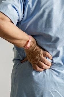 Femme âgée souffrant de maux de dos
