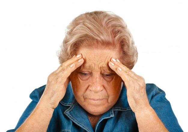 Femme âgée souffrant de maux de tête