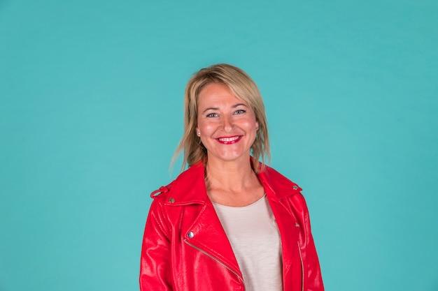 Femme âgée souriante en tenue rouge