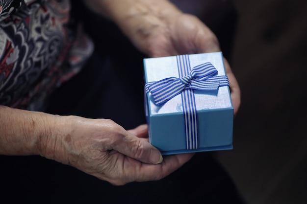 Femme âgée tenant un cadeau