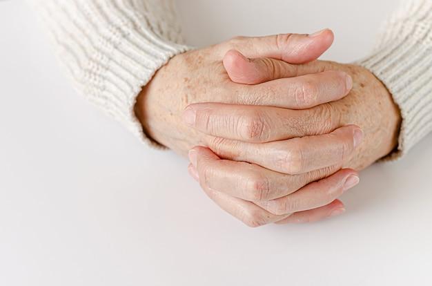 Une femme âgée tenant la main ensemble close up, copy space.