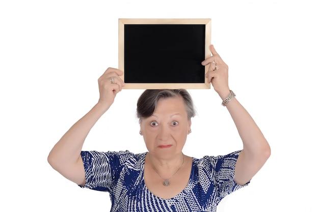 Une femme âgée tenant un tableau vide