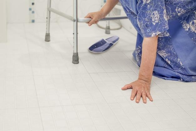 Femme âgée tombant dans la salle de bain à cause des surfaces glissantes