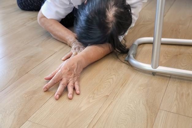 Femme âgée tombant à la maison, attaque au foyer.