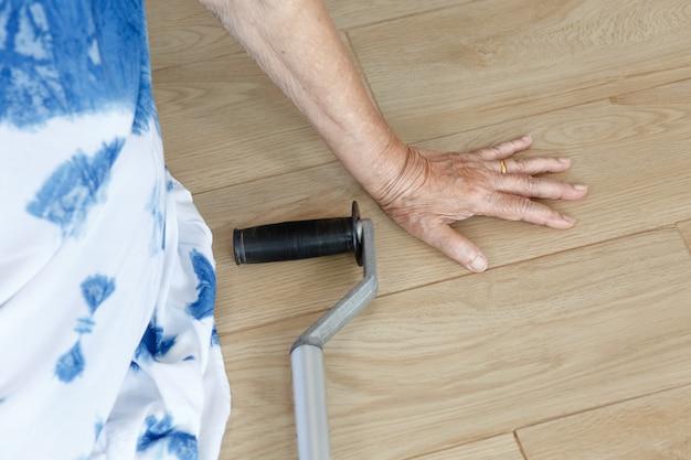 Femme âgée tombant à la maison, attaque de foyer.