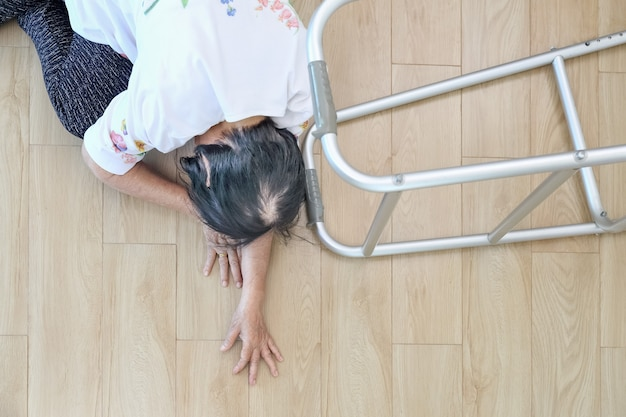 Femme âgée tombant à la maison, crise de foyer.