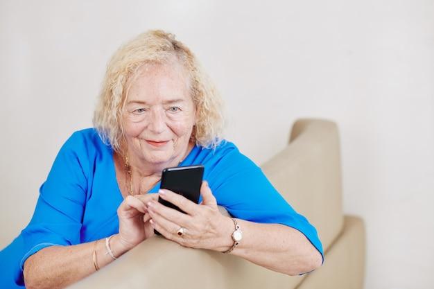Femme âgée, vérification, smartphone