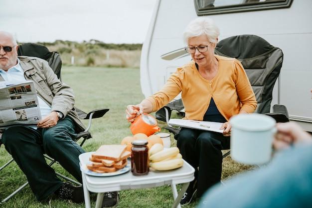 Femme âgée versant une tasse de café