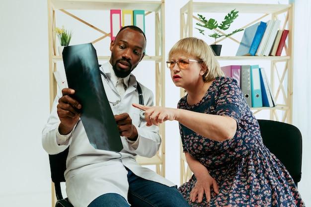 Une femme âgée visitant un thérapeute à la clinique pour obtenir une consultation et vérifier sa santé.