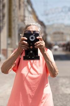 Femme âgée voyageant seule en été