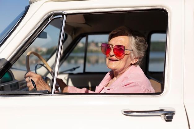 Femme âgée voyageant en voiture