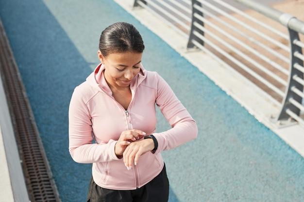 Femme à l'aide d'un bracelet de remise en forme