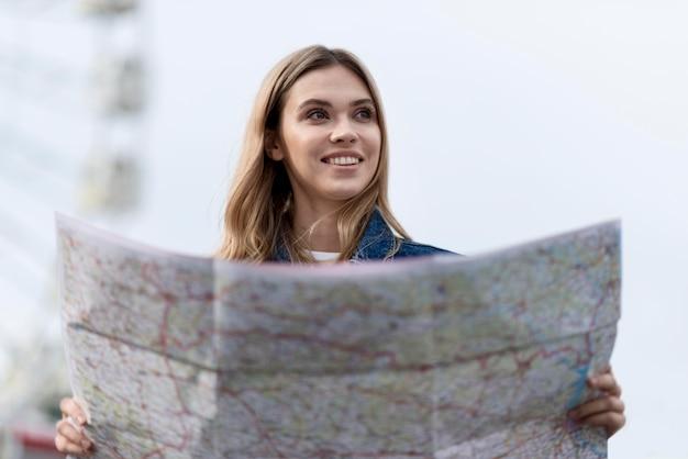 Femme à l'aide d'une carte