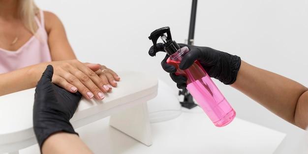 Femme à l'aide de désinfectant pour les mains