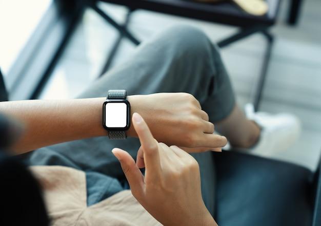 Femme à l'aide d'un écran vierge smartwatch en vue de dessus
