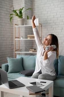 Femme à l'aide d'un haut-parleur assistant numérique