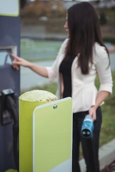 Femme à l'aide d'une machine électrique enfichable
