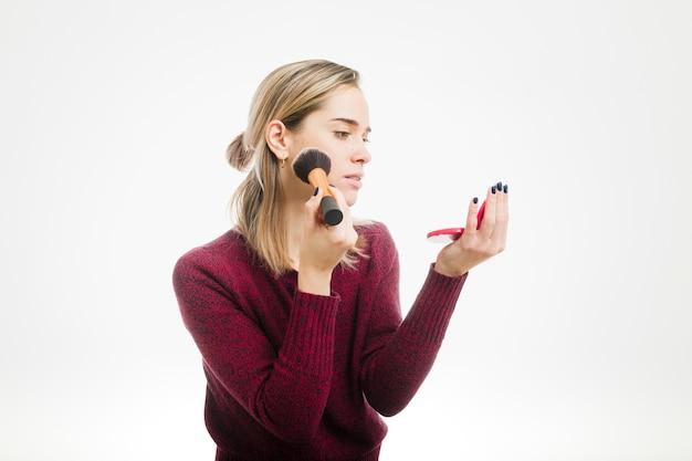 Femme à l'aide de maquillage